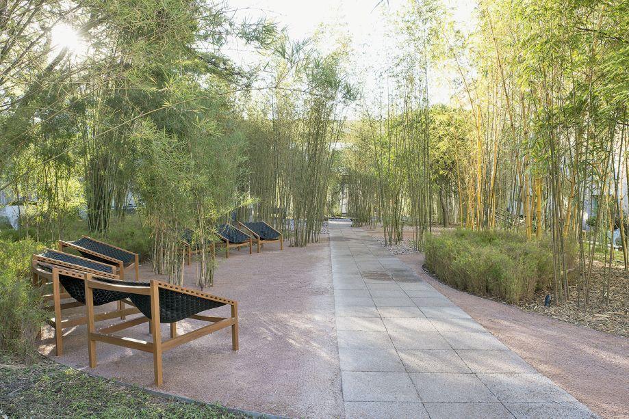 Alexandre Furcolin - Pátio das Tabocas. O bosque de 530 m² é criado a partir de mais de 500 touceiras, que guardam diversas espécies de bambu, como brasil, jardim, anão e quadrado. No piso, foi utilizado um revestimento drenante, da Braston.