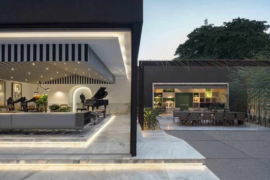 CASACOR Goiás. Casa do Boi - Leo Romano. O profissional setorizou os diversos espaços que compõem seu projeto de 450 m<span>²</span><sup></sup>utilizando piso de mármore claro.