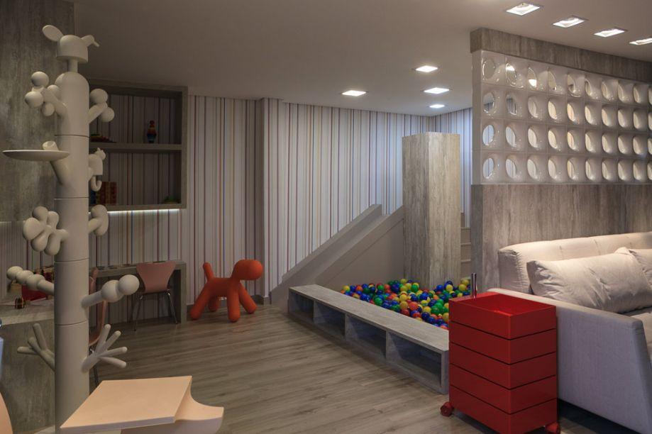 Brinquedoteca e Parquinho Infantil - Jaqueline Siebert. A piscina de bolinhas não deixa dúvidas: trata-se de um espaço dedicado às crianças. Mas a base é neutra e contemporânea, com mobiliário em MDF e cobogós que setorizam os 33m².