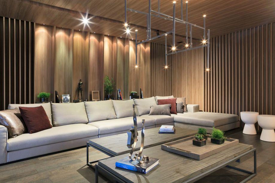 Garagem Renault - Margit Soares. Painéis e teto encapados em madeira nogal champanhe garantem o aconchego, associados a tramas naturais como o linho e o sisal no mobiliário.
