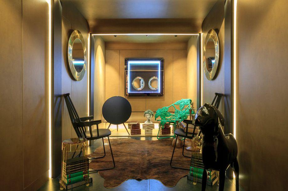 Hall de Entrada Arauco - Luiz Maganhoto e Daniel Casagrande. O dourado é protagonista e evoca imediatamente o luxo francês, que ganha um tratamento contemporâneo. O revestimento Golden, da Arauco, valoriza as paredes. E a iluminação que escapa das laterais dos painéis garante o resultado limpo.