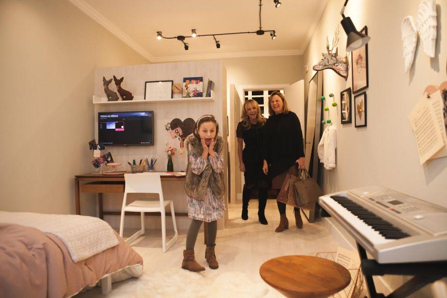 A artista Rafa Gomes, finalista do The Voice Kids, se encanta com o quarto em sua homenagem. Ao fundo a designer Melissa Dallegrave Afonso, que assina o espaço, e a mãe da artista, Márcia Cristina Gomes.