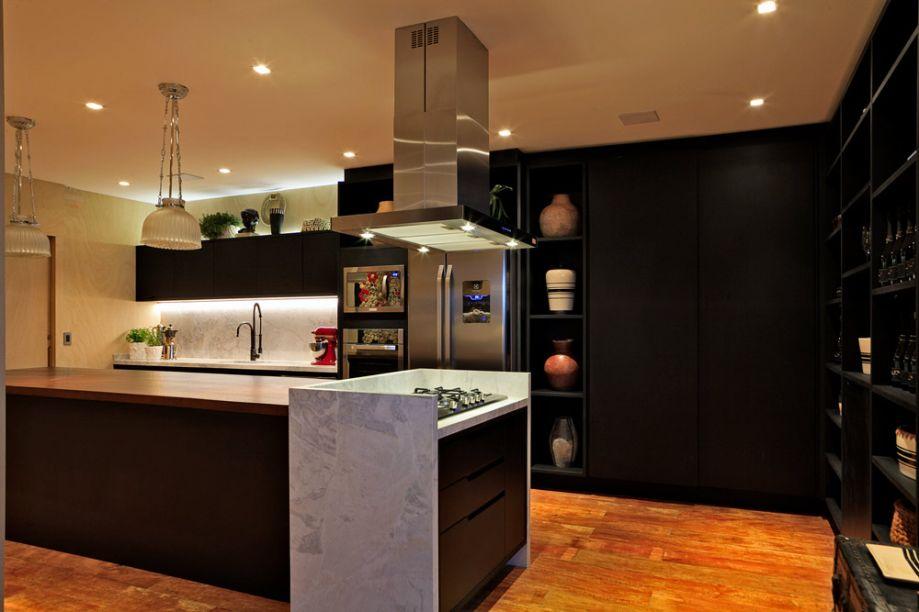 Living Cozinha Bar - Carlos Navero. O arquiteto paulista assina o espaço de 70m². Ele aplicou um fundo neutro em branco e preto, além de madeira no piso, privilegiando linhas simples e volumes equilibrados no mobiliário.
