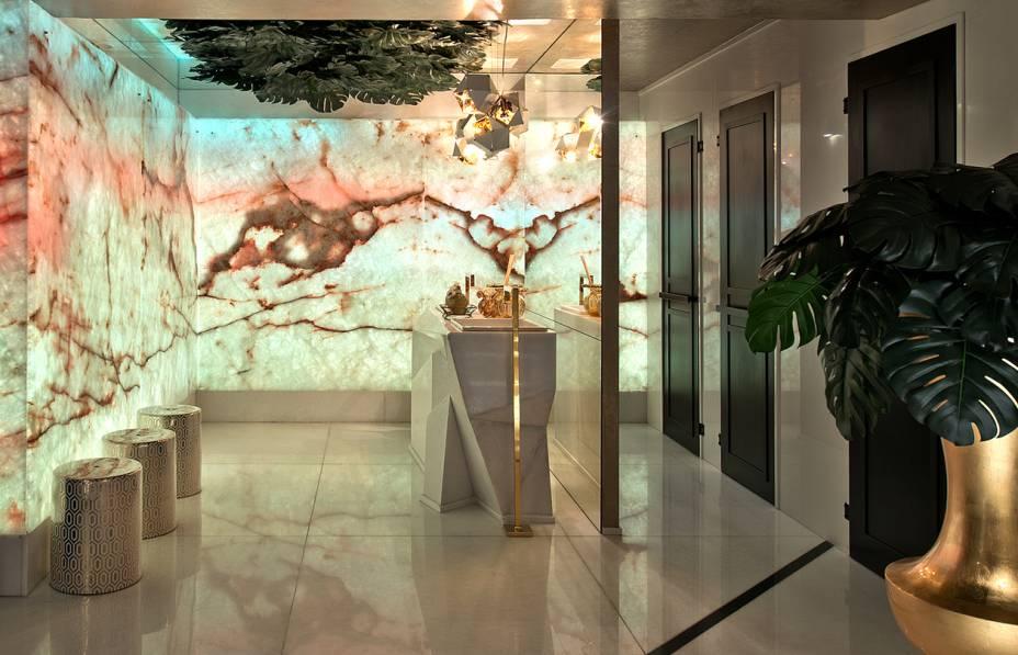 CASACOR Balneário Camboriú<span>Lavabos Funcionais - Elaine Gurevich e Evandro Cruz. A beleza natural do mármore translúcido com iluminação embutida se impõe no ambiente de 35 m². O material também está na bancada lapidada, com cubas encaixadas e metais dourados para complementar. Além da sofisticação, as superfícies lisas facilitam a limpeza.</span>