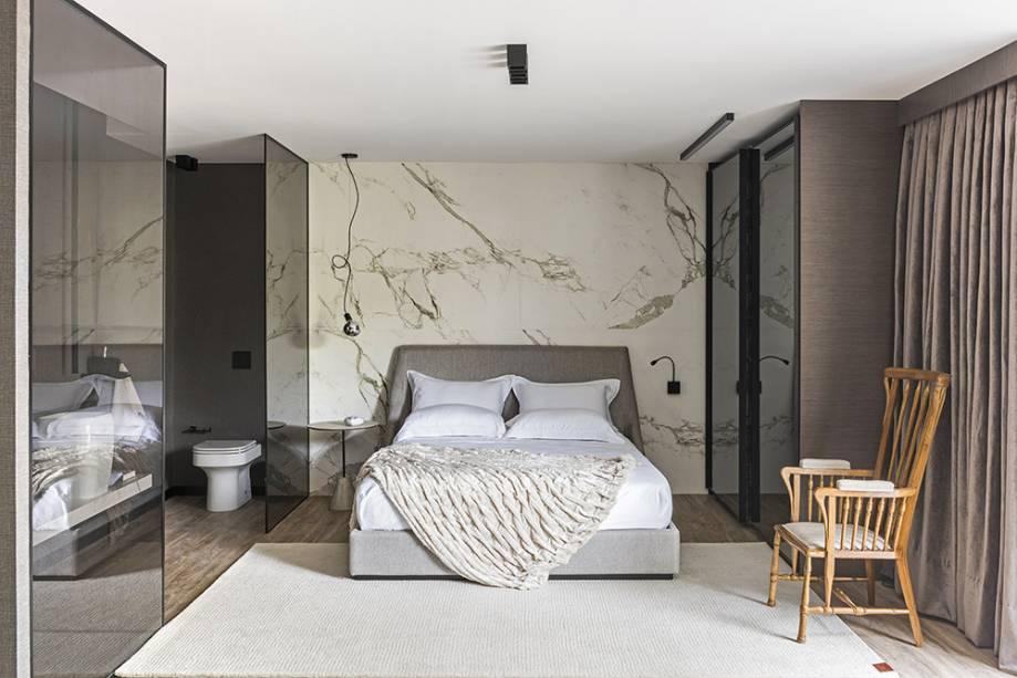 CASACOR São Paulo.<span>Fabio Bouillet e Rodrigo Jorge - Flat. O mármore se destaca na parede da cabeceira da cama.</span>