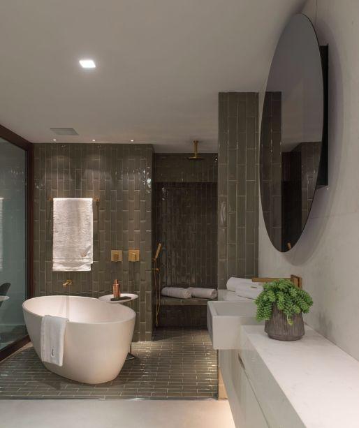 No Estúdio com Pórticos, da Intown Arquitetura, a<span>cerâmica Liverpool da Portobello reveste o piso e a parede do espaço que abriga a banheira.</span>