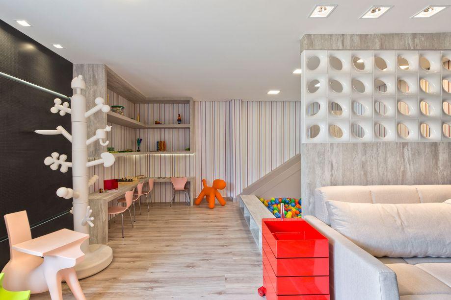 <span>CASACOR PR 2017.</span>Brinquedoteca e Parquinho Infantil - Jaqueline Siebert. A piscina de bolinhas não deixa dúvidas: trata-se de um espaço dedicado às crianças. Mas a base é neutra e contemporânea, com mobiliário em MDF e cobogós que setorizam os 33 m².