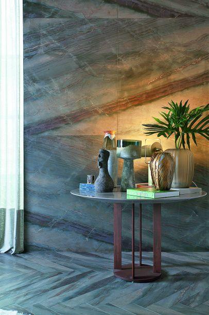 CASACOR São Paulo. Estar Refletido - Sandra Piccioto.A profissional colocou o mármore em evidência ao utilizá-lo como revestimento do piso, em corte escama de peixe, que sobe pela parede, dando continuidade e um toque modernista ao espaço.