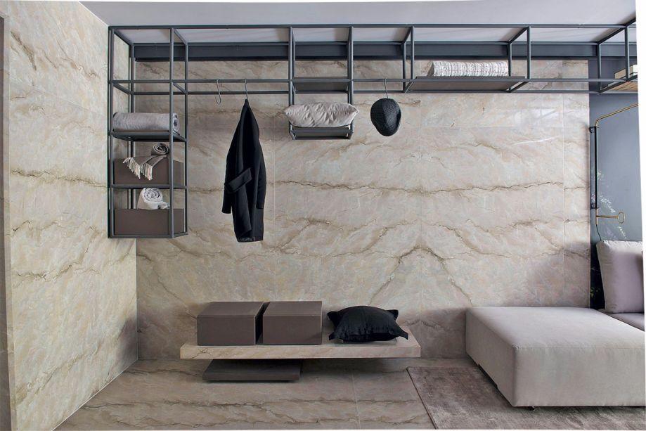 No Estúdio do artista, Sandra Moura lançou mão do mármore para cobrir as paredes e o chão.