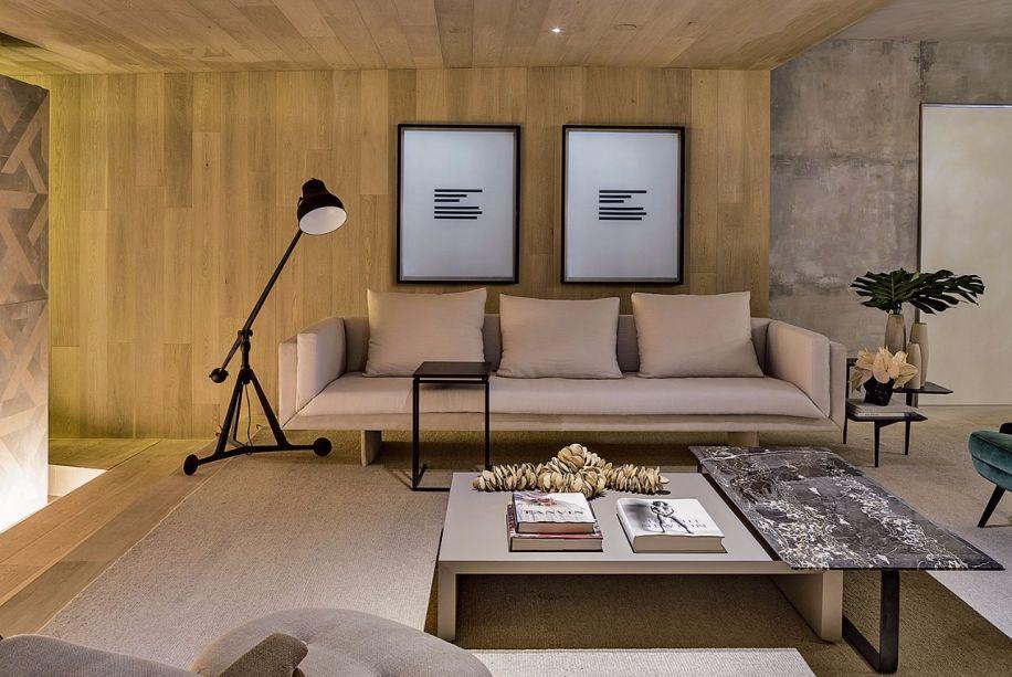 No ambiente da Suite Arquitetos, a<span>madeira de carvalho europeu, da Parket, reveste pisos e paredes.</span>
