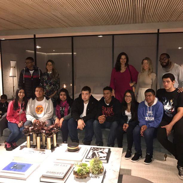 As arquitetas e os 10 adolescentes do programa Jovem Aprendiz.