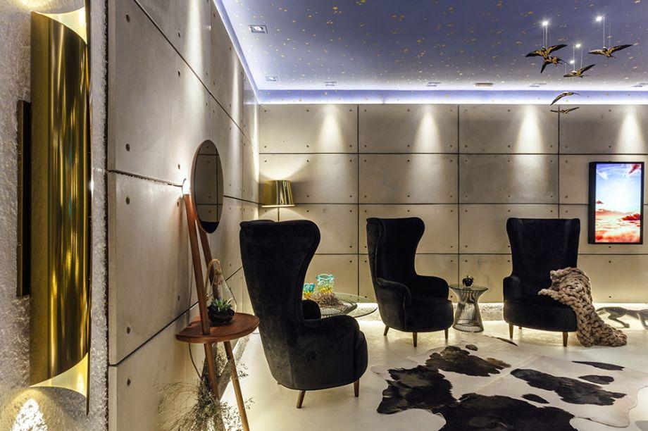 Sky Lounge - Daniel Wilges. A tecnologia conversa com elementos naturais. O forro tem algo de lúdico, no papel de parede. Nas paredes, placas de concreto, enquanto o piso recebe uma massa única de tecnocimento. Tanto as poltronas Sky como as luminárias em latão dourado foram desenhadas pelo escritório.
