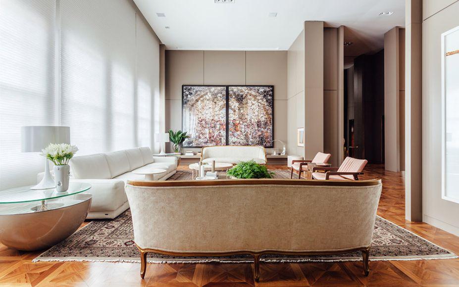 A Sala - Lídia Maciel. Simples e sofisticada, A Sala investe em poucos e bons elementos, como sofá em couro italiano, poltronas de veludo e tapete Tabriz sobre o piso em parquet com desenho Versailles.