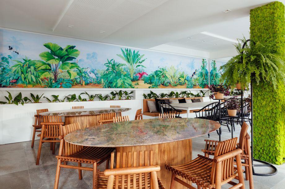 <span>A.MA Restaurante - Lisiara Camargo Simon. A bossa nova embala o projeto, onde a arquitetura celebra a afinidade com a fauna e a flora. No recanto iluminado pela bay window, todo o conforto das poltronas Yori, de Ronald Sasson.</span>