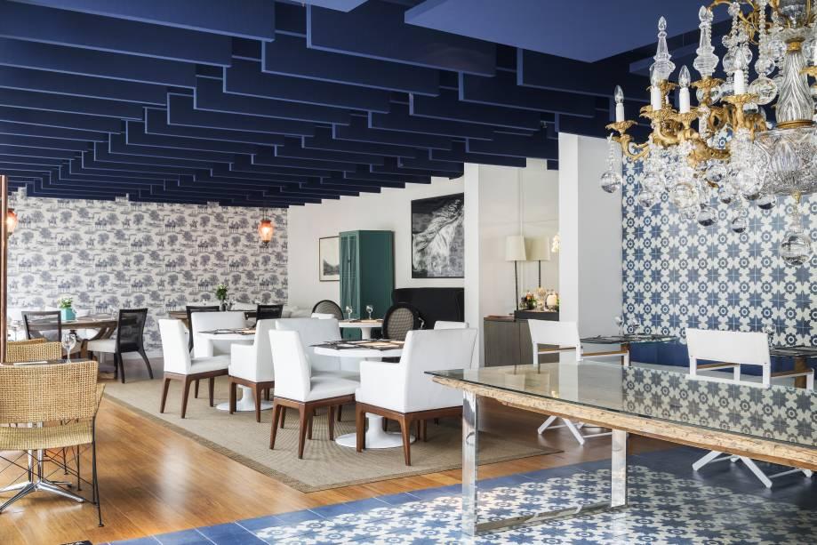 CASACOR São Paulo. Alessandra Castro - Boulangerie. Referências à azulejaria portuguesa encontram elementos franceses, como o papel de parede toile de jouy. No teto, baffles – forro de garrafas PET, que formam ondas - absorvem e amenizam o som, promovendo conforto acústico.