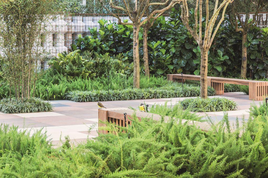 O Jardim da Deca, assinado por Alex Hanazaki, tem como destaque um labirinto sensorial inusitado com alto rigor estético e é harmonizado por um jardim composto por uma miscelânea de traços geométricos, que proporcionam paz e serenidade ao visitante.