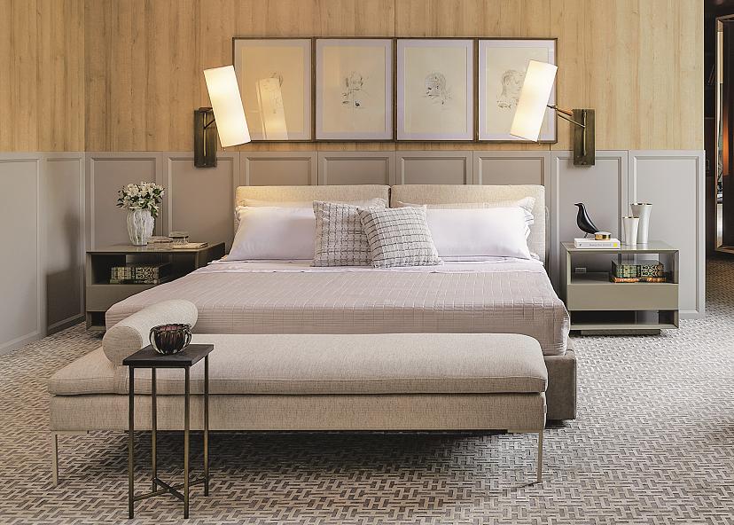 """Aqui, as arandelas nas laterais da cama são um desenho do escritório Manarelli Guimarães Arquitetura, que assina a Suíte Master. """"A estrutura é articulável de latão dourado com cúpula de linho e terminação em um cone em madeira"""", revela Thiago Manarelli."""