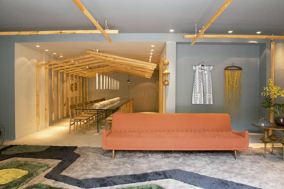 O ambiente Casa Brasil, de Leo Romano, valoriza o design e a arquitetura brasileira, e tem toda a iluminação assinada pela Interplam.