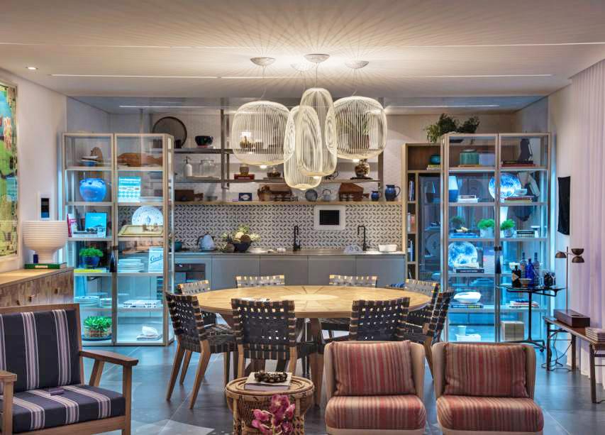 Na Casa de Praia Decortiles, de Marina Linhares, os destaques ficam por conta dos pendentes Spoke, fabricados pela Foscarini (Lumini), lançamento no Salão de Milão 2017
