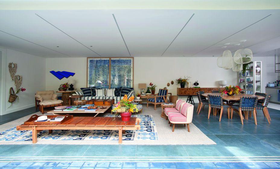 CASACOR São Paulo 2017. Casa da Praia Decortiles - Marina Linhares. Branco e matizes de azul trazem um quê de mar e de verão, em uma conversa perfeita com o tom natural da madeira e da palhinha.