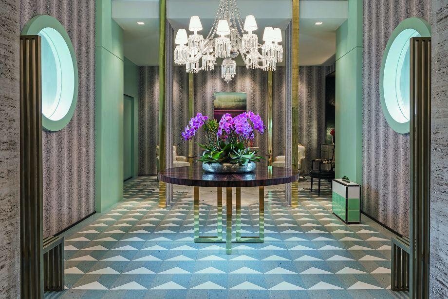 No Lounge dos Lofts, projetado por Maurício Karam, a cor se apresenta sutilmente através do papel de parede.