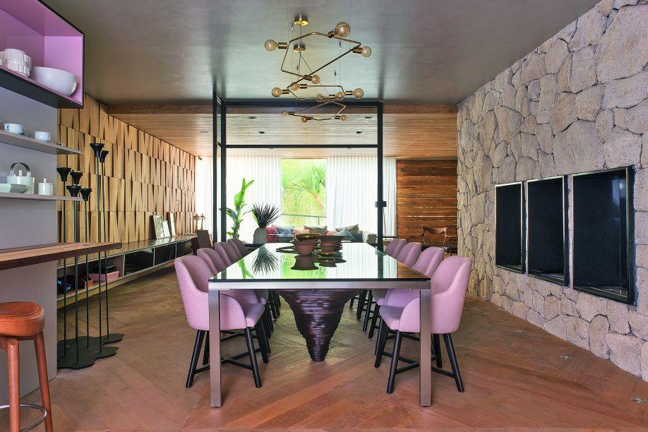Por meio de nichos e cadeiras, Olegário de Sá e Gilberto Cioni, levaram para a Casa do Bosque, nuances de rosa que compõem de forma harmônica com os elementos naturais presentes por lá, como a madeira e a pedra.