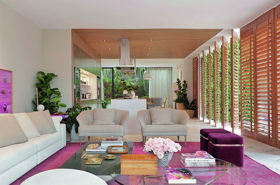 Criação de Paola Ribeiro, a Casa Cosmopolita Cosentino, apresenta variações de rosa que saltam dos pufes e de obras de arte dispostas ao longo do projeto. O tapete do estar também traz a cor e faz um contraponto com os demais tons sóbrios do lugar.