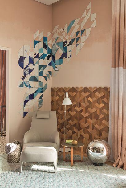 Para a Sala Íntima, Paula Neder levou a obra do coletivo Muda, que traz motivos geométricos e compõe com o revestimento que vai até metade da parede, e que também apresenta a tendência