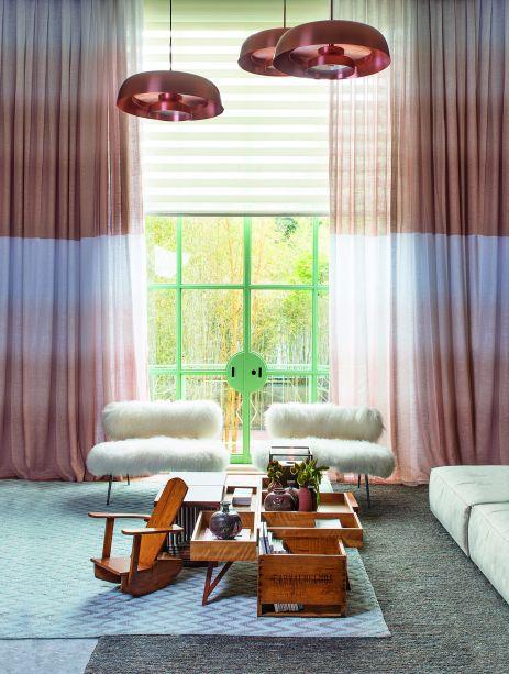 A arquiteta Paula Neder inseriu a técnica ombré nas paredes e nas cortinas de sua Sala Íntima. Para aplicar o efeito degradê, a profissional lançou mão do rosa envelhecido, que arremata o clima luxuoso do espaço.