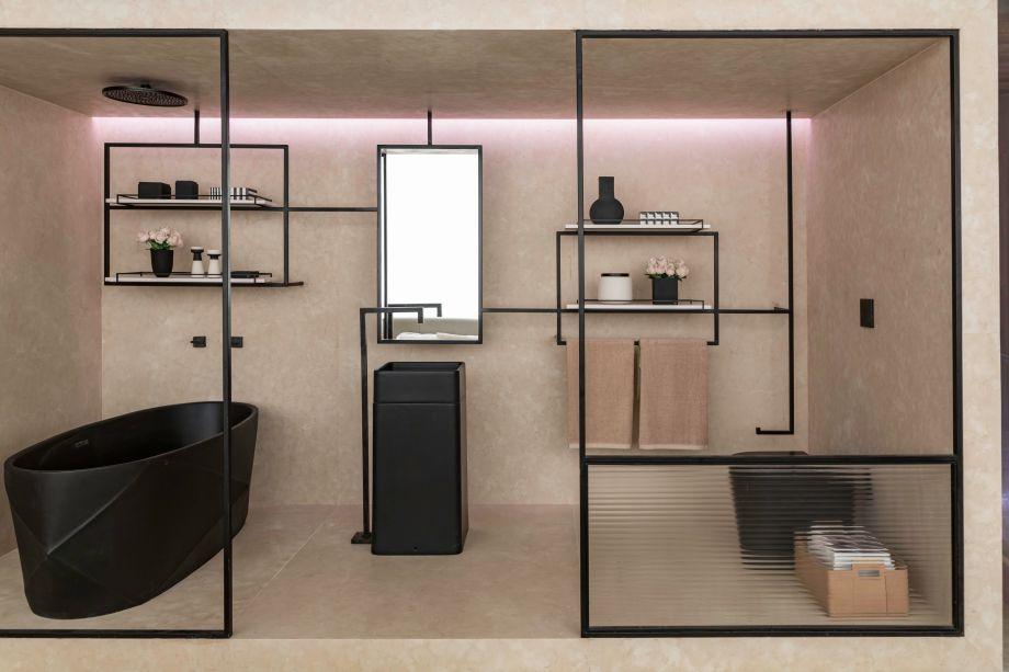 Com estética clean, o Loft Romanov, criado por Carolina Mauro, Daniela Frugiuele e Filipe Troncon, da Suite Arquitetos, deixa tudo a mostra no banheiro inserido em seu espaço.