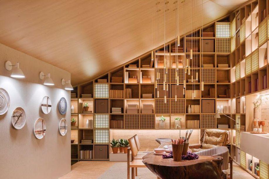 No espaço da Très Arquitetura, a pedida foi usar vários modelos do pendente Less, o que conferiu um toque de delicadeza ao lugar. Na parede, à esquerda, os modelos Bauhauss (Lumini) criados por Fernando Prado, destacam os pratos decorativos.