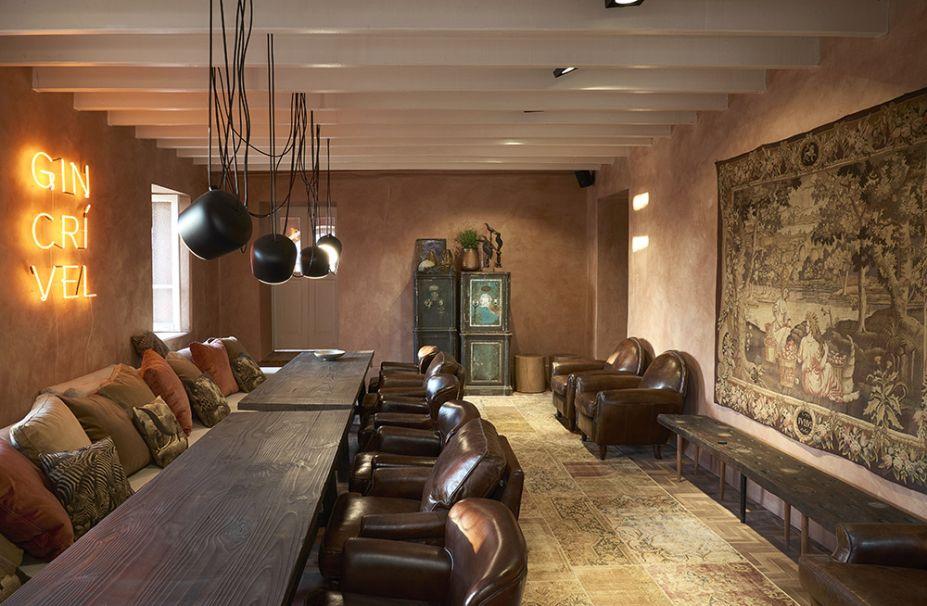 Ginger Bar - Ângela Roldão. Para transformar o antigo porão em cozinha aberta, a profissional apostou na nobreza da textura de pó de ouro nas paredes.