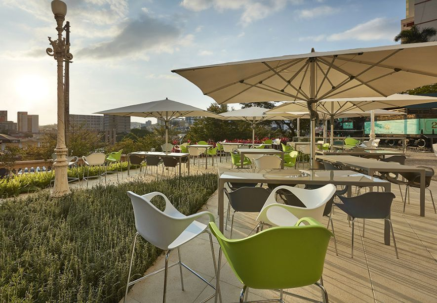 Ginger Bar - Ângela Roldão. O pequeno espaço interno é complementado pela área externa com jardim, inspirada nos museus europeus com ombrelones e mobiliário leve, em alumínio e vidro.