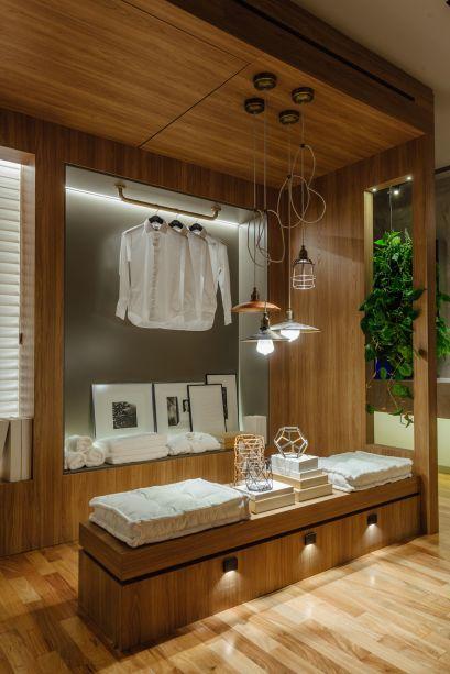 Suíte para Estar, por Joana Deicke e Maria Manoela Bento Pereira: aqui, a madeira natural invadiu o banheiro, que ficou mais acolhedor e charmoso graças ao material.