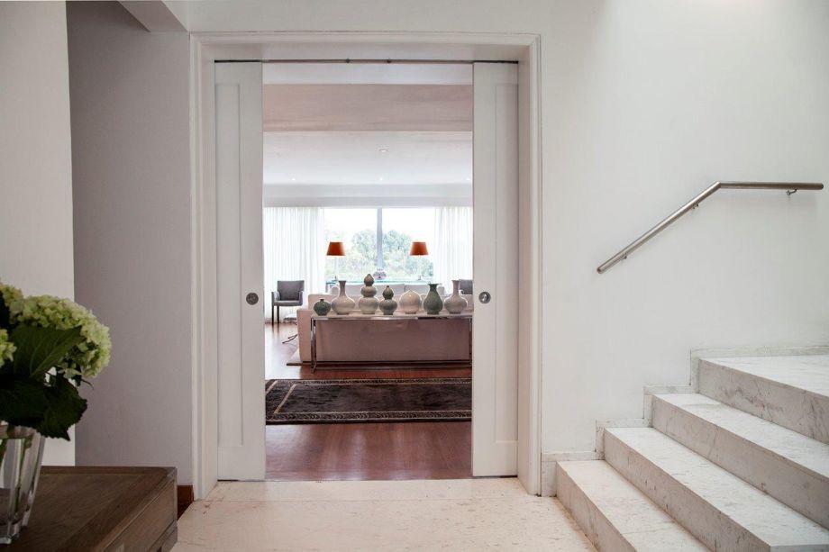 Projeto pent-house San Isidro: obranco que tinge as paredes leva ao ambiente a sensação de maior espaço e suntuosidade.