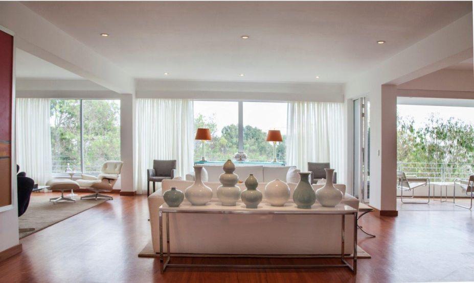 Projeto pent-house San Isidro: acoleção de vasos em diferentes tamanhos empresta graça e leveza ao espaço.