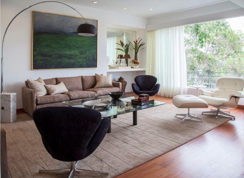 Projeto pent-house San Isidro: em contraste com a madeira do piso, os tons claros do entorno reforçam a sofisticação do projeto.