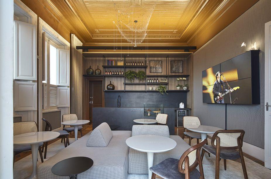 CASACOR Minas Gerais 2017.<span>Plataforma 8 Café - CLS Arquitetura. O sofá com estampa pied-de-poule é o centro das atenções que é somado à bela luminária Rede, de Ingo Maurer.</span>