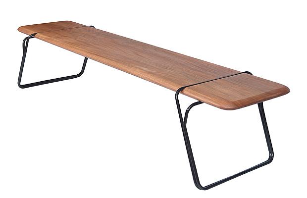 """<span>Banco Ratoeira - emDoisDesign. Assim como o objeto que inspira seu design, a ratoeira, o travamento do assento em madeira maciça se dá pela alavanca ocasionada pela divisão dos tubos dos pés. O acabamento arredondado do assento agrega suavidade e leveza ao projeto, e traz ainda contemporaneidade. (emDoisdesign - </span><a href=""""http://emdoisdesign.com.br/"""">emdoisdesign.com.br</a><span>, </span><span>a partir de R$ 3.000)</span>"""