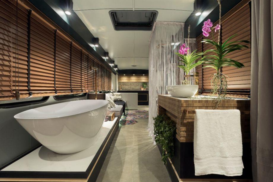 Loft Itinerante - Caio Prates. O projeto é pautado pela versatilidade e inclui vários ambientes, com sala de estar e TV integradas, quarto e cozinha. A área de banho ganha uma confortável banheira e um lavabo de apoio.
