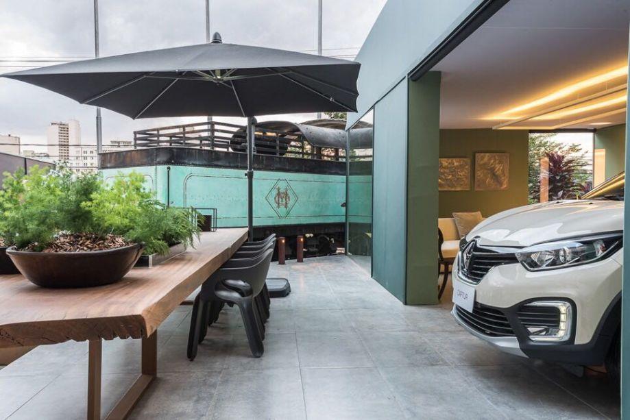 Garagem Renault - Nara Cunha.Informal e arrojada, essa garagem tem volume arquitetônico simples, emoldurado por grandes aberturas e fechamentos em vidros, que privilegiam a conexão entre externo e interno. Um ambiente sofisticado e, ao mesmo tempo inspirador, desenvolvido a partir das linhas do novo Renault Captur.