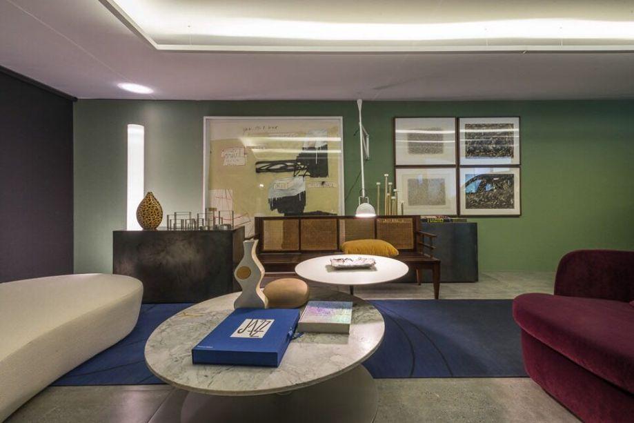 Garagem Renault - Nara Cunha. Com atmosfera vintage na seleção de cores e formas, o espaço ressalta a personalidade de um colecionador de arte, com uma seleção especial de obras contemporâneas, como as dos artistas Franz Weissmann e Marcelo Sá.