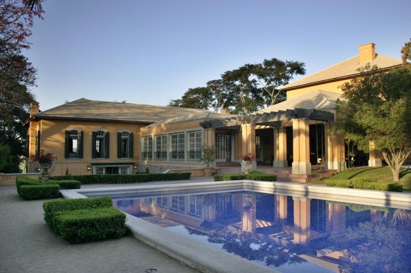 A piscina é um dos destaques do projeto e ladeia quase toda a residência.
