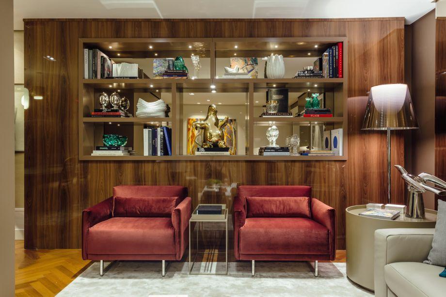 Living Social, por Francisco Frank: esta sala teve todo o seu entorno preenchido com madeira, que também subiu pela estante e emoldura as prateleiras do lugar. Luxo total!