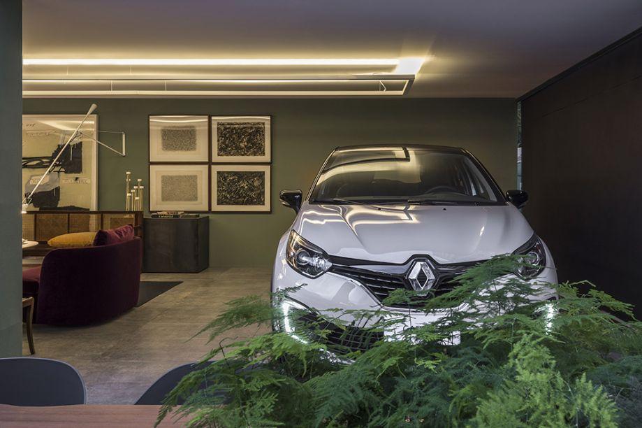 Garagem Renault - Nara Cunha. O volume arquitetônico simples da garagem é sofisticado e inspirador, assim como o novo Renault Captur, exibido com destaque na sala do colecionador de arte.