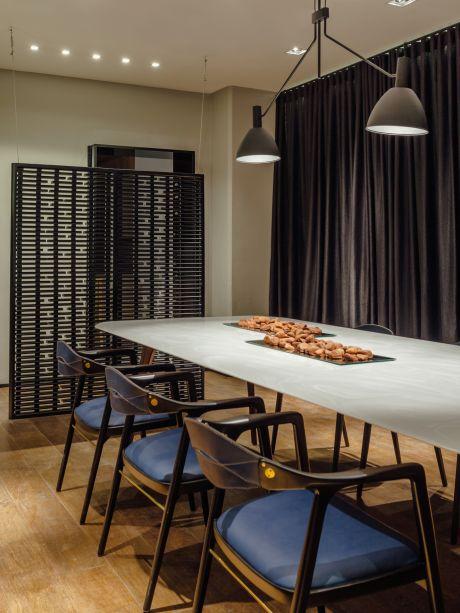 A Sala de Jantar!, por Johnny Thomsen. Cadeira, Mesa e Biombo de Aristeu Pires.