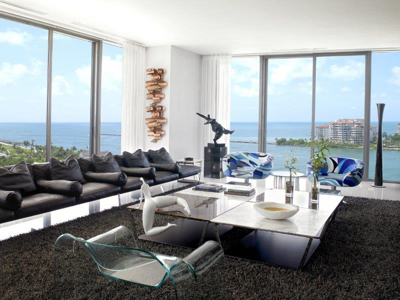 O mar que se avista do entorno, foi emoldurado pelo arquiteto com janelões que o faz parecer parte do décor.