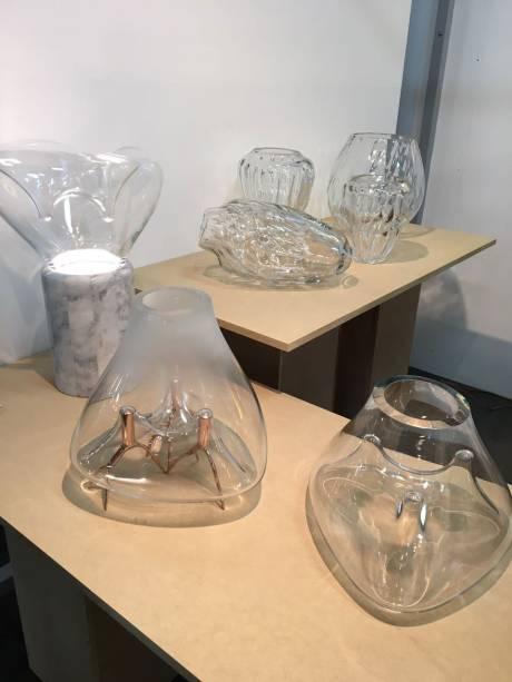Carol Gay - A designer, que também está com um lançamento na High Design, expõe sua nova coleção da MADE com diversos vasos do seu característico trabalho. Dentre eles, está o vaso RAIZES, um projeto para a Galeria Nicoli, com curadoria de Bruno Simões. Outro destaque lançado é o vaso TWIST.