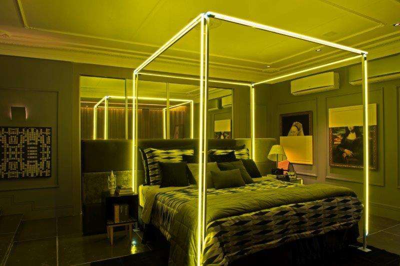 Com uma proposta ousada, o arquiteto surpreendeu ao instalar em quase todo o projeto fitas de LED com este néon amarelo.