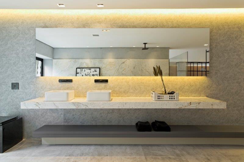 O estilo leve e despojado faz do banheiro um oásis de relaxamento e contemplação.